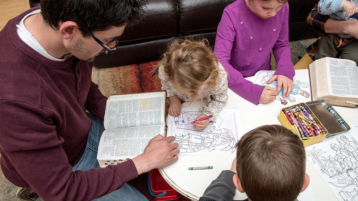 In einer Familie werden die heiligen Schriften studiert.
