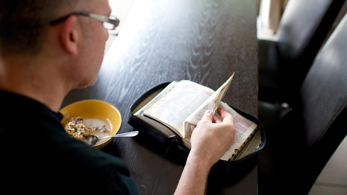 Schriftenstudium am Morgen beim Frühstück