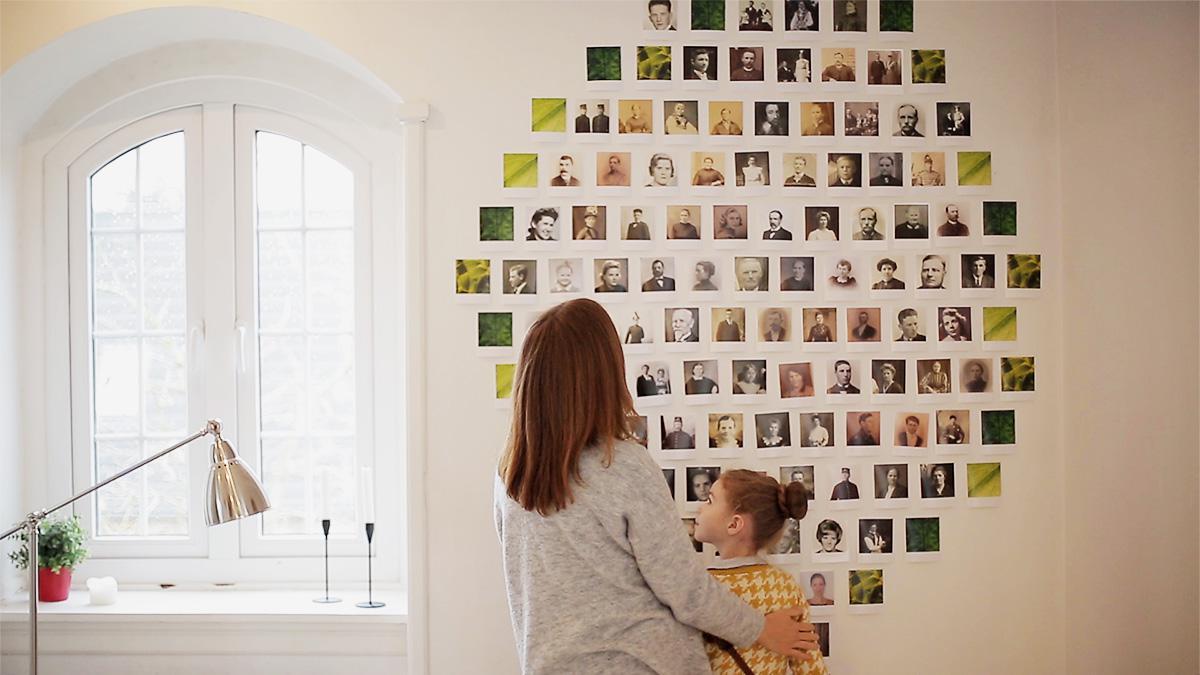 Mutter und Tochter betrachten ihren Familienstammbaum