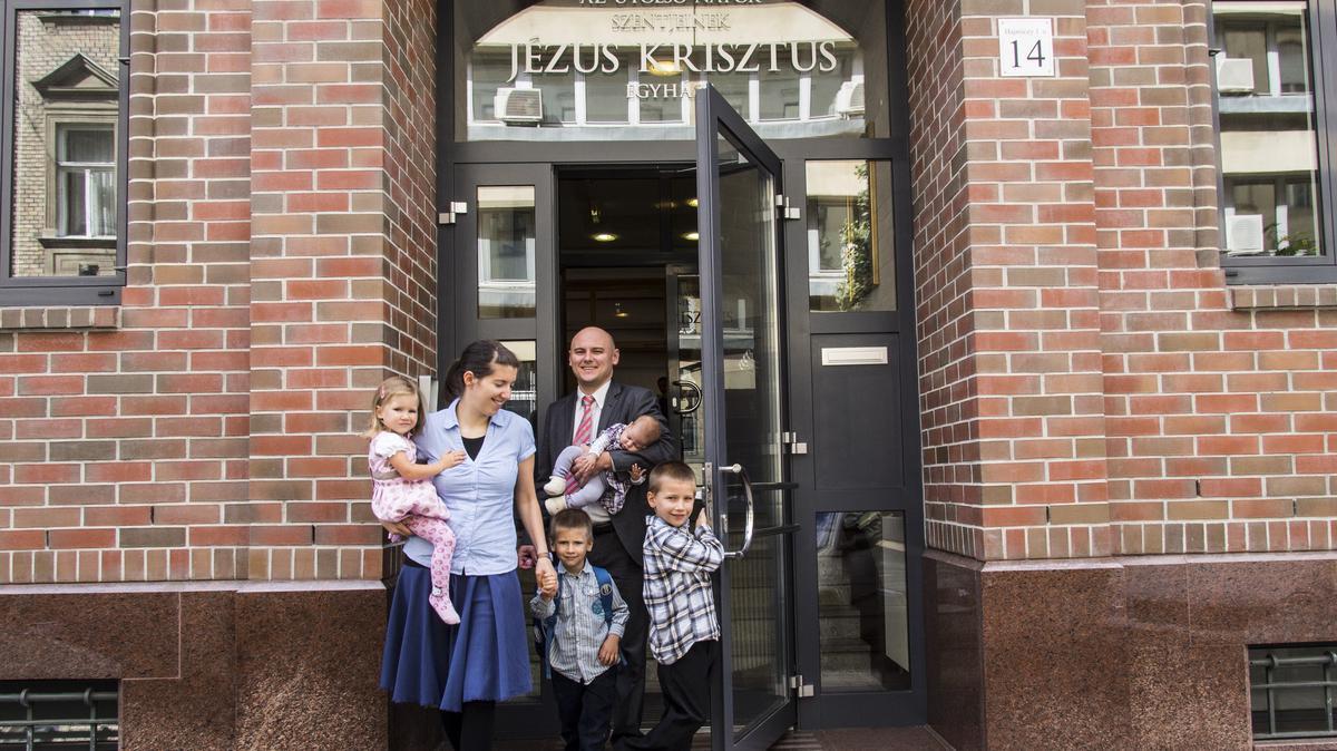 Eine Familie besucht den Gottesdienst am Sonntag