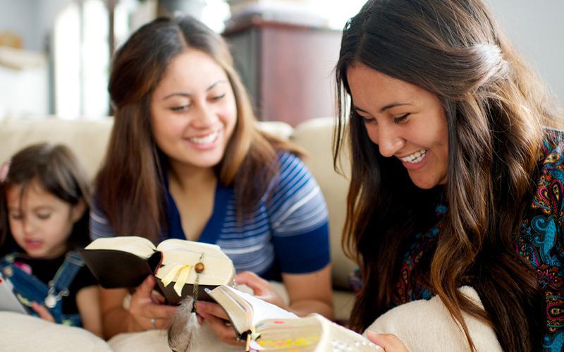Schwestern studieren die heiligen Schriften