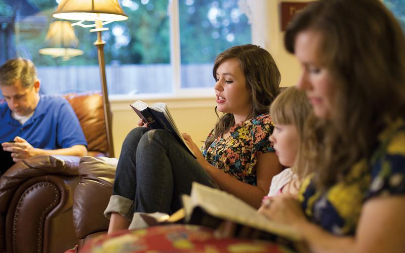 Eine Familie kommt zum Schriftenstudium zusammen.