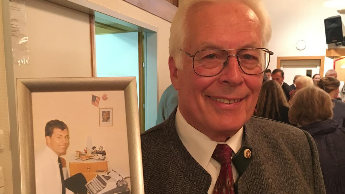 Elder Dean Wade zeigt sein Foto als Missionar vor 50 Jahren.