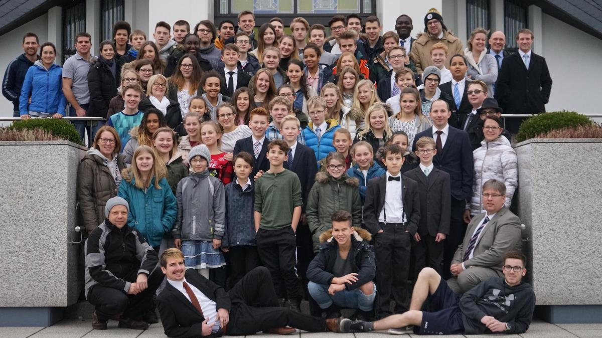 Jugendliche des Pfahles Salzburg vor dem Freiberg-Tempel