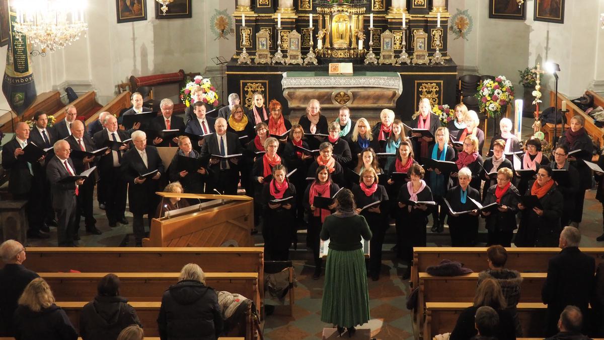 Nach ihrem Konzert im Gemeindehaus der Kirche Jesu Christi der Heiligen der Letzten Tage in Neumarkt am Wallersee sang der Projektchor auch in der katholischen Pfarrkirche St. Martin in Eugendorf (Salzburg).
