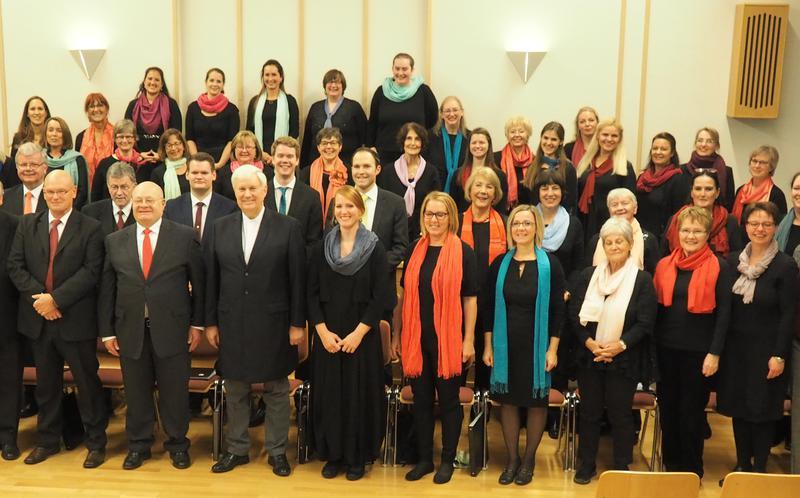 Rund 50 Sängerinnen und Sänger formierten sich zum 'Projektchor Salzburg'