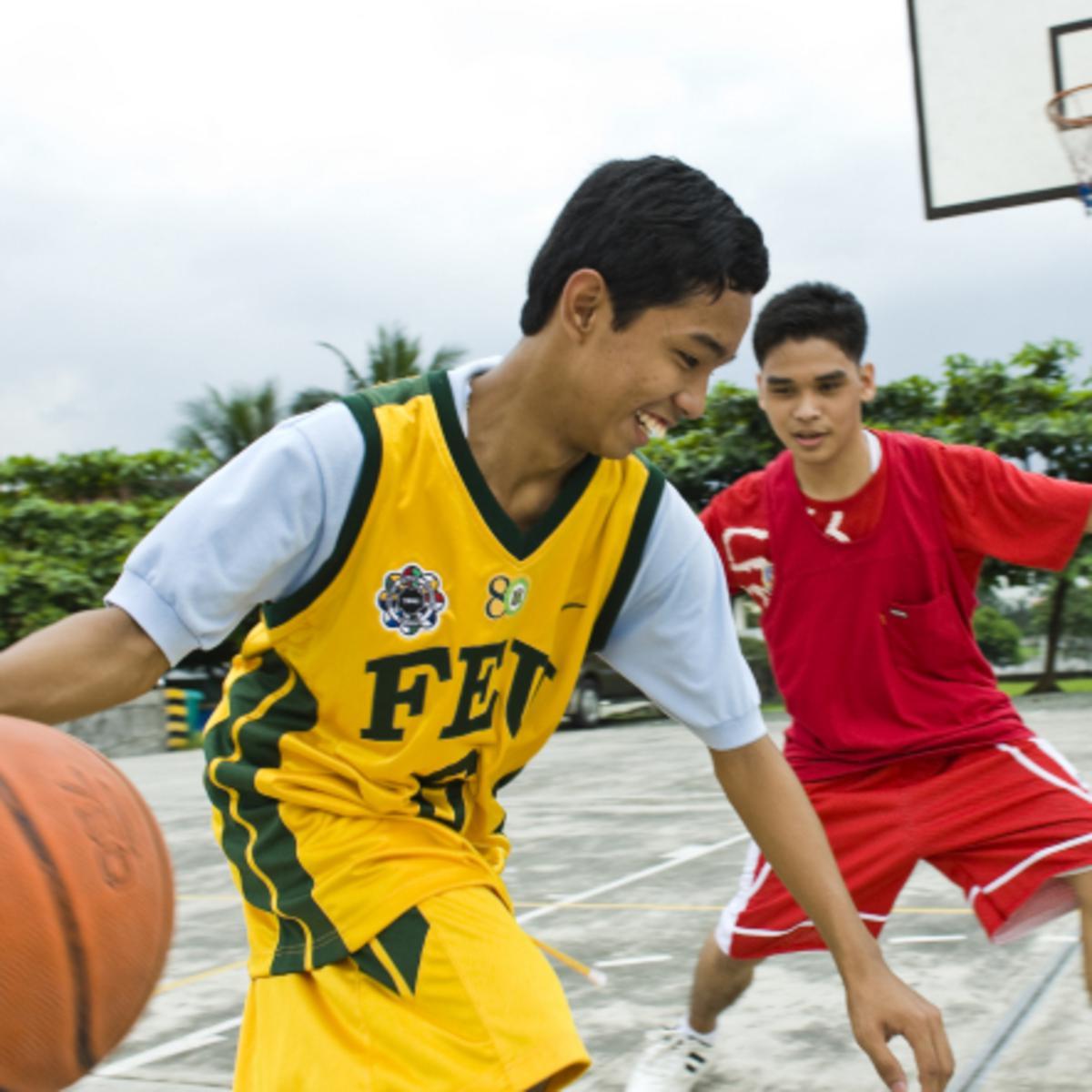 Junge Männer beim Basketballspiel