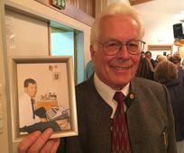 Elder Dean Wade zeigt sein Missionarsfoto vor 50 Jahren
