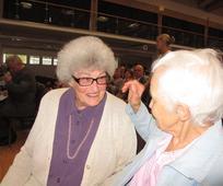 Gute Freundinnen treffen einander wieder: Schwester Healy (links) begrüßt Schwester Schubernigg auf der Pfahlkonferenz des Pfahles Salzburg