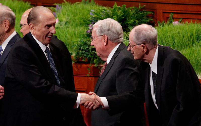 Bei der Frühjahrs-Generalkonferenz 2016 schütteln Präsident Thomas S. Monson die Hände der Mitglieder des Kollegiums der Zwölf Apostel, einschließlich Elder Robert D. Hales. ©2017 INTELLECTUAL RESERVE, INC. ALLE RECHTE VORBEHALTEN.