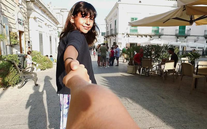 Einen Freund an die Hand nehmen