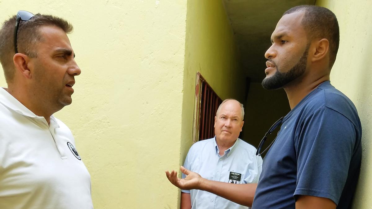 Projeto de saneamento: Gilles Francois, Elder Bryan Gerritsen & Elton Sequiera, professor