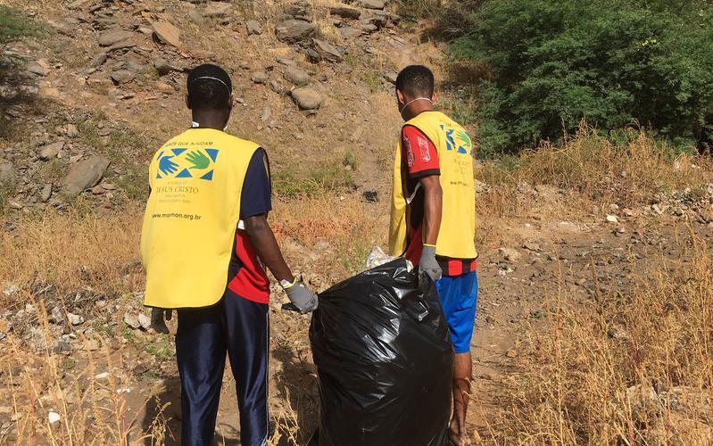 Dia Mundial de Serviço - Membros da Estaca da Praia Participam em Campanha de Limpeza