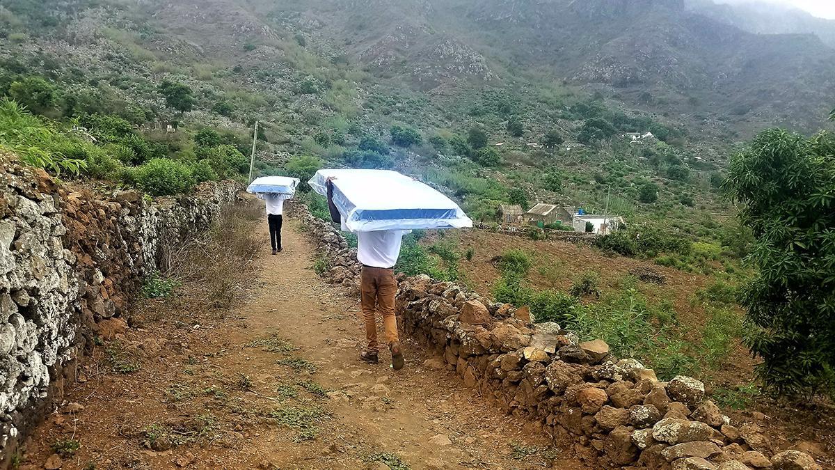 SDH-misjonærer leverer madrasser oppe i fjellene.