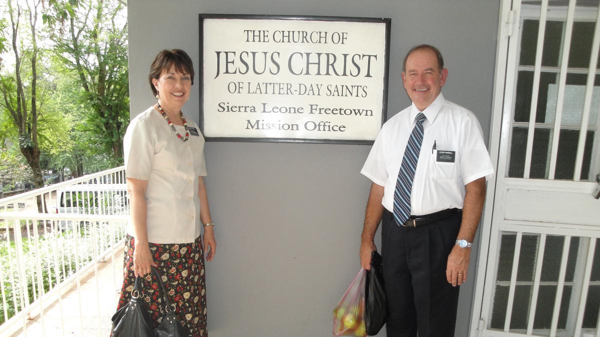 Starješina i sestra Randall  uredu Sijera Leone misije.