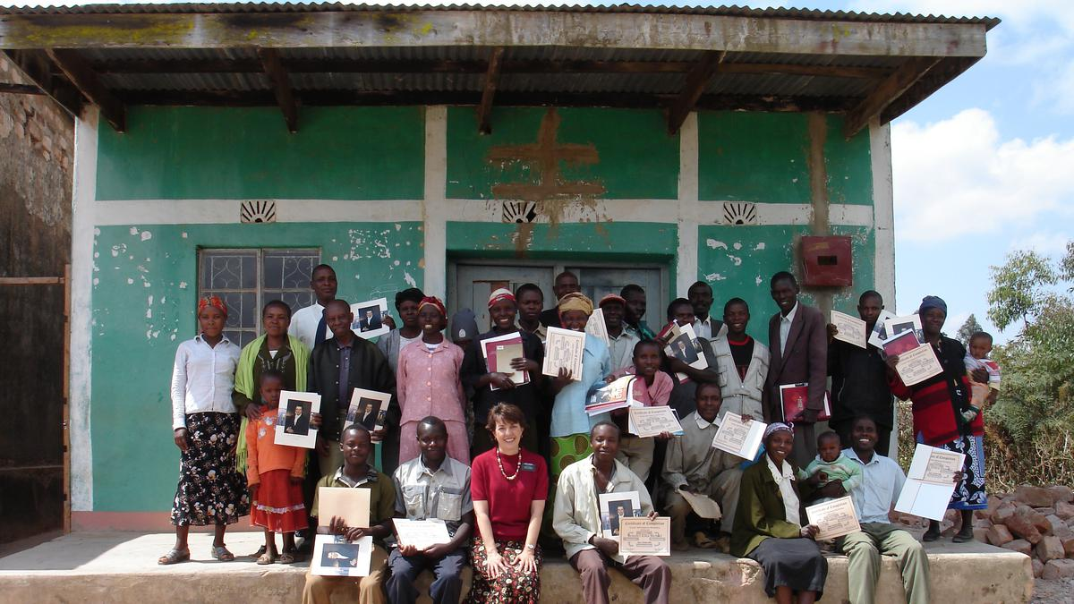 Učesnici drže svoje diplome od radionice za zaposlenost.