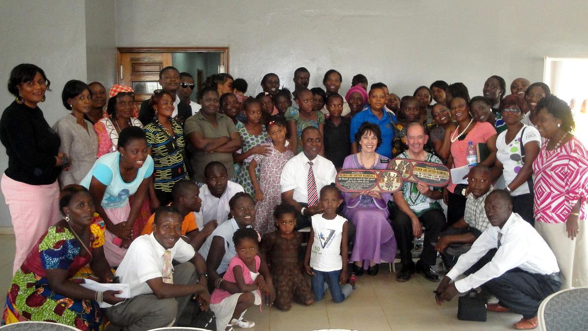 Starješina i sestra Randall sa članovima iz Okola Freetown-a.