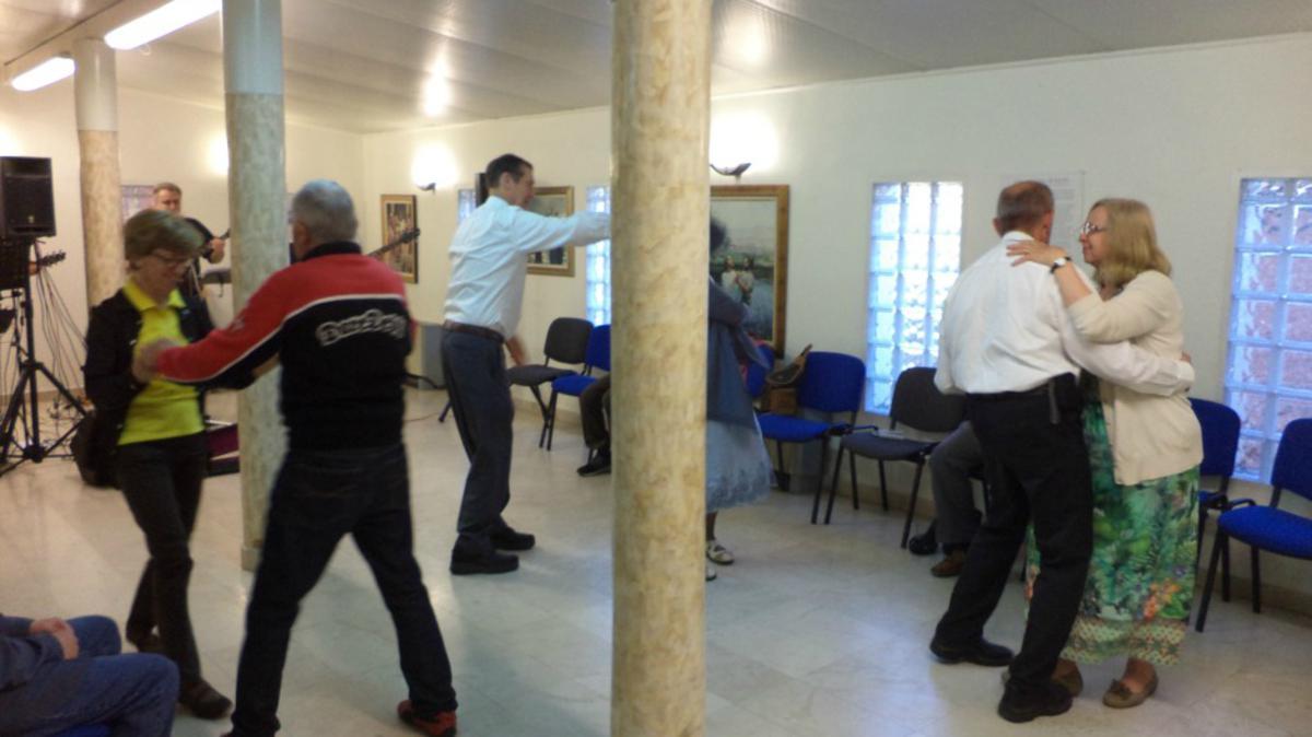 Oni, koji su prisustvovali, plešu