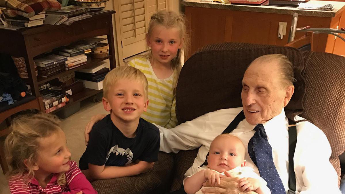 Predsednik Monson z vnuki