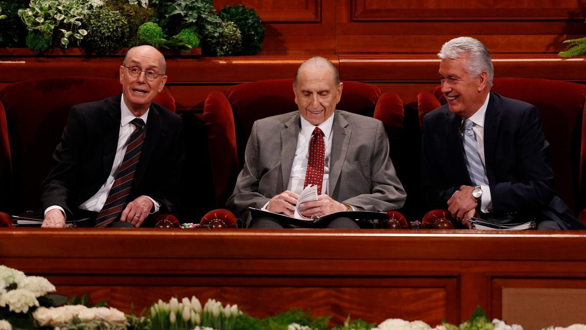 Чланови Првог председништва (слева надесно): први саветник Хенри Б. Ајринг, председник Tомас С. Moнсон и други саветник Дитер Ф. Ухдорф.