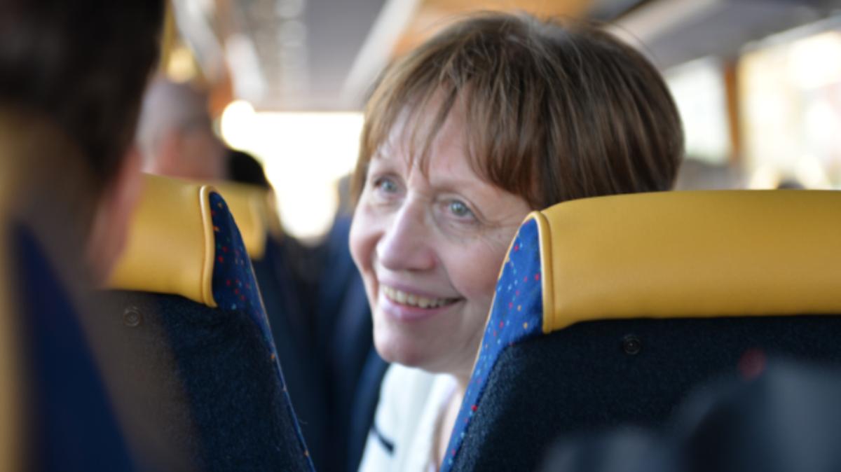 """Ингрид Нилсон, мормонка из Шведске, сећа се времена када је генерална конференција слата у формату видео касета, више недеља после догађаја. Срећна је што сада може да је гледа у директном преносу и верује  да """"поруке на генералној конференцији нису само за чланове него и за цео свет."""""""