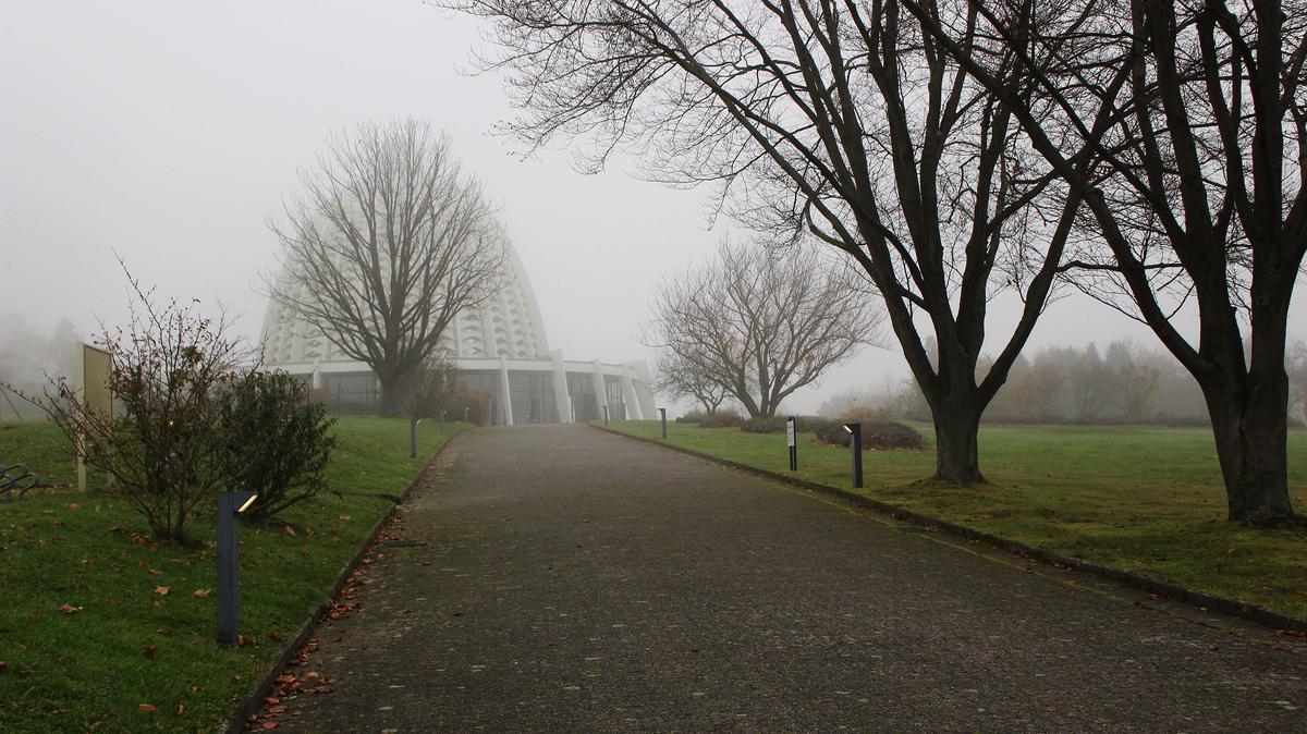 Пут који води до бахајског Дома за богослужење у Лангенхајну.