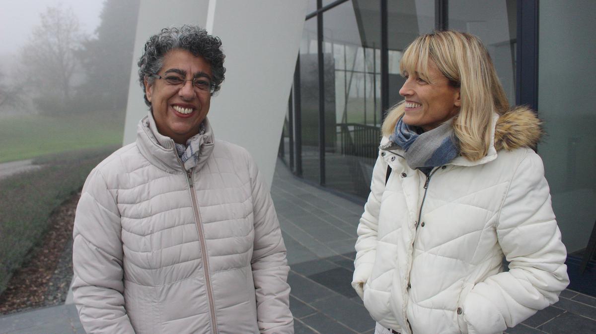 Фариба Дорнер (лево), настојница бахајског Дома за богослужење у Лангенхајну, и Џенифер Виберс, треће генерација бахаија.