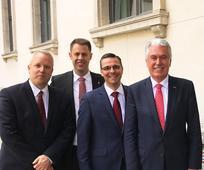 Predsednik Uchtdorf nemškemu predsedniku Gaucku podaril družinsko zgodovino