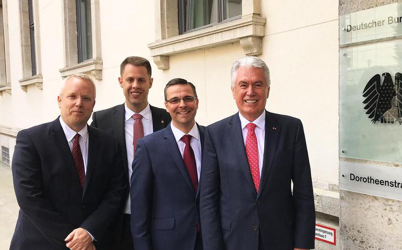 Старeшина Ухдорф поклонио је немачком председнику Гауку личну породичну историју
