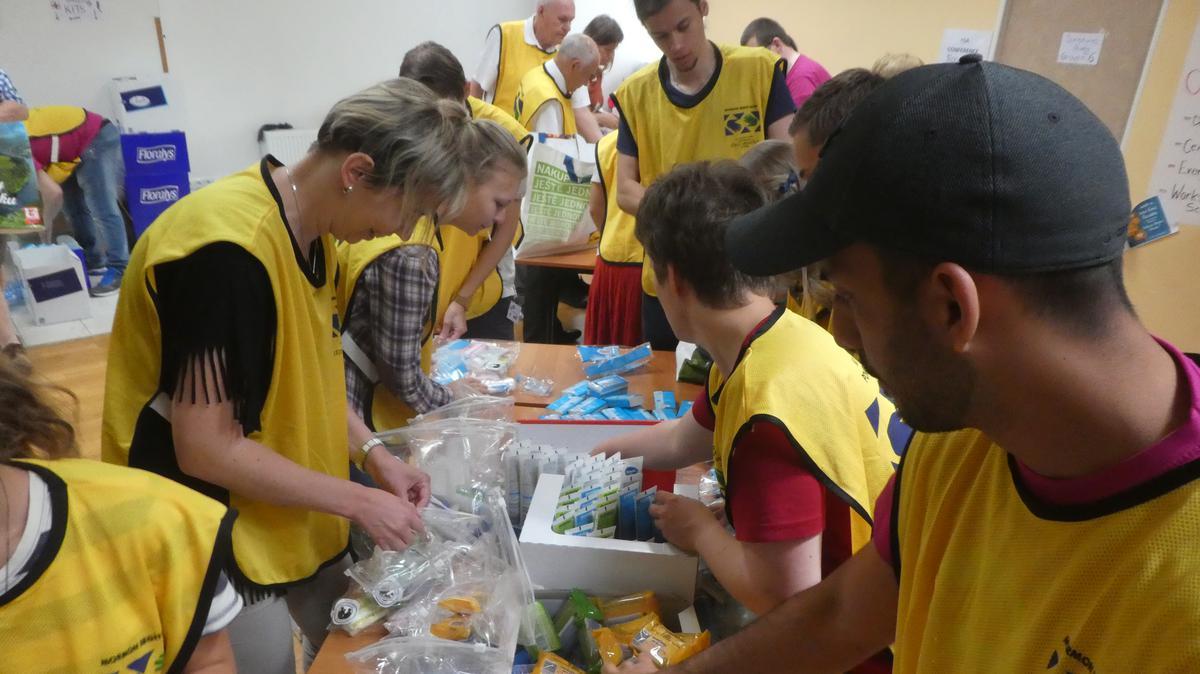 Припремају пакете за хуманитарни рад