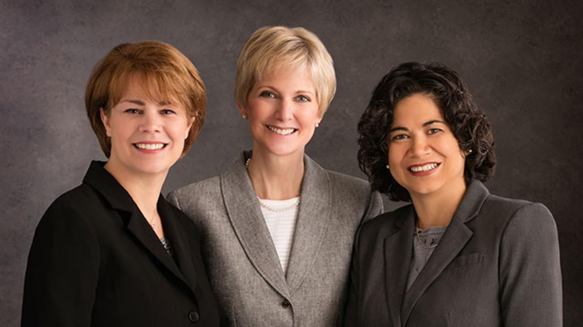 Opće predsjedništvo Potpornog društva – s lijeva na desno: Sharon Eubank, predsjednica Jean B. Bingham, Reyna I. Aburto.