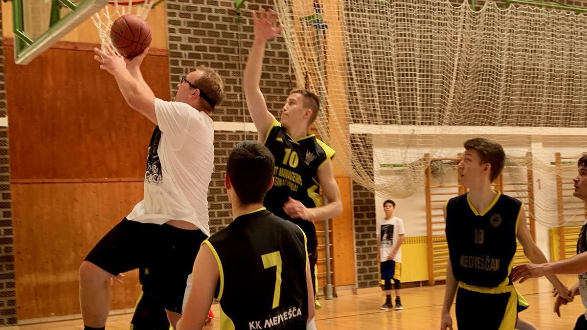 igraju košarku