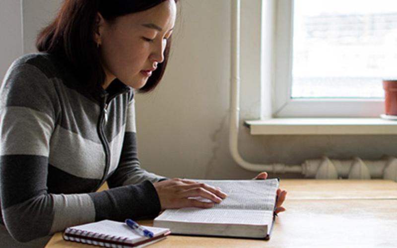 Dívka studuje v písmech