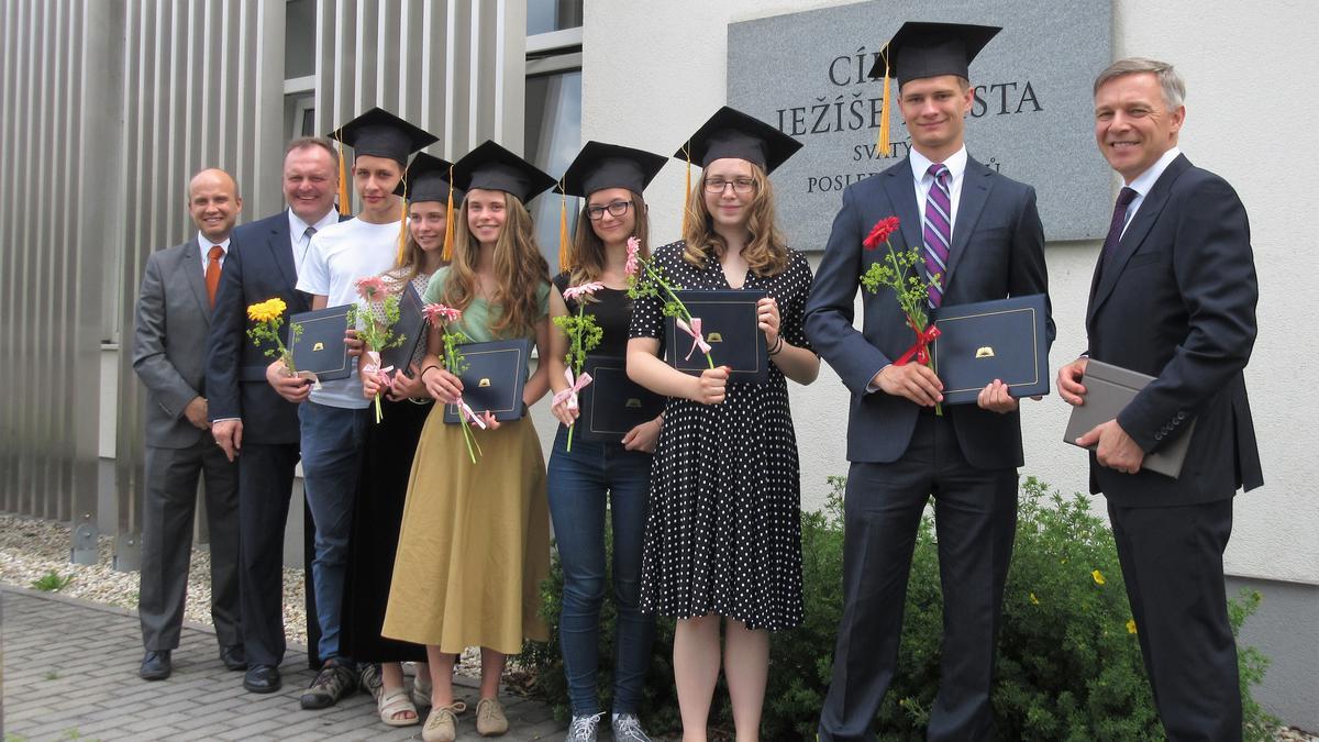 Předávání diplomů absolventů studentům semináře