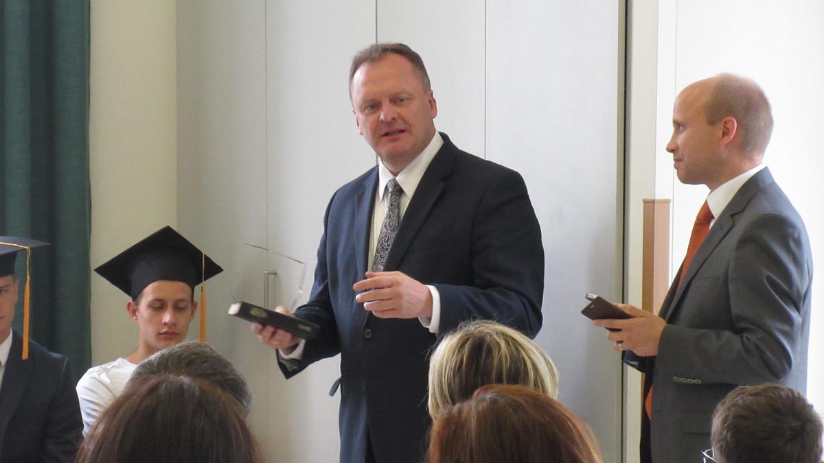 Koordinátor Seminářů a Institutů pro naši oblast, bratr Henry Kosak z Německa