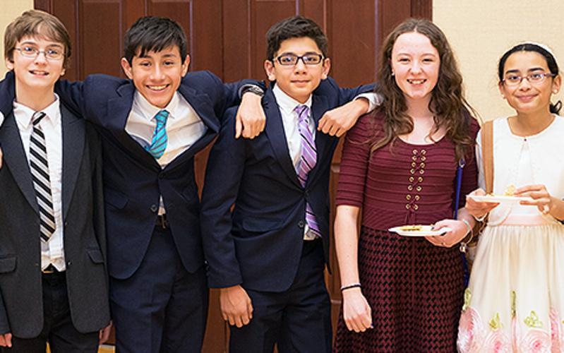 Billedet viser fem unge mennesker