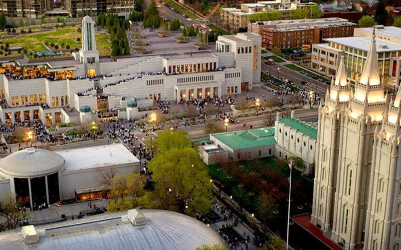 Foto af Konferencebygningen og templet i Salt Lake City