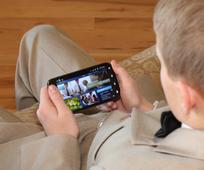 Teenager ser kirkens hjemmeside på sin smartphone