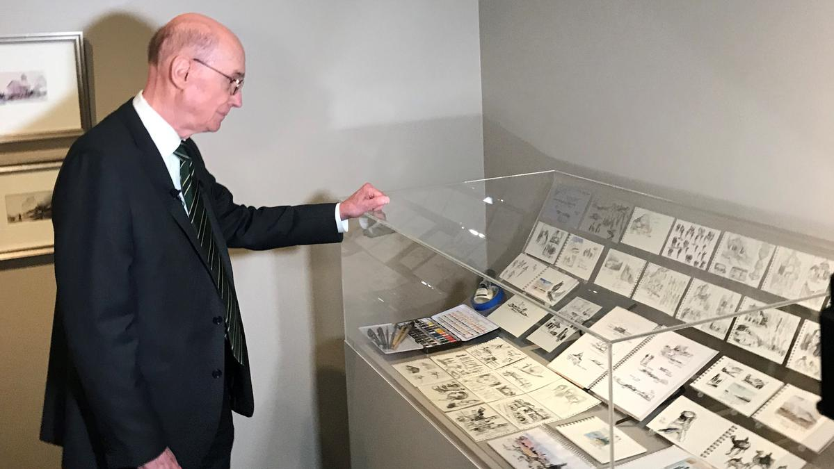 Foto af Præsident Eyring stående ved sin udstillede akvareller