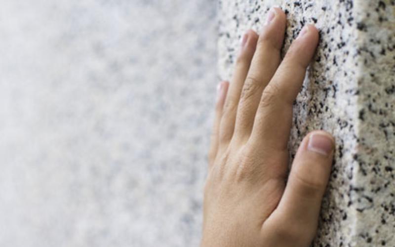 Hand am Tempel