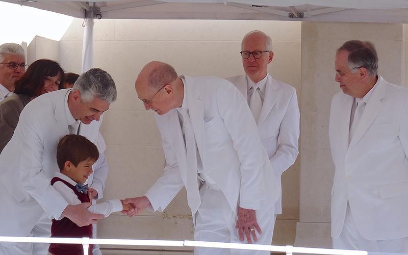 Le président Eyring consacre le temple de Paris