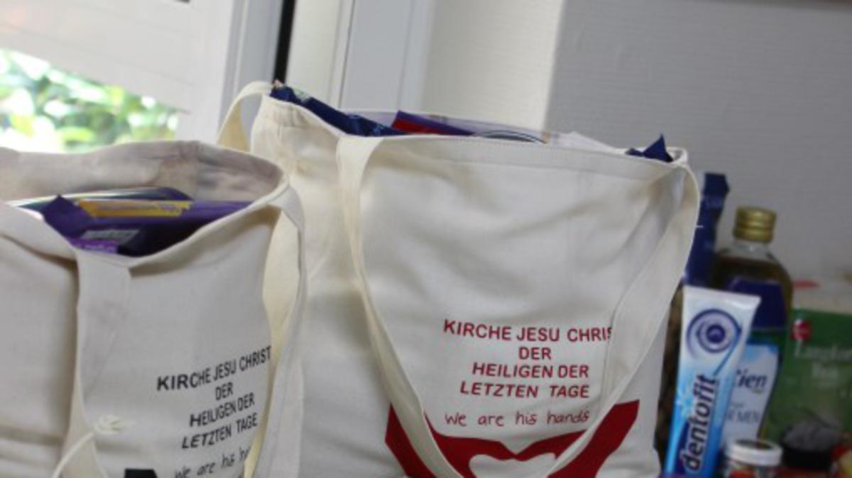 """Hilfstaschen und """"Herzlich willkommen"""" auf Arabisch"""