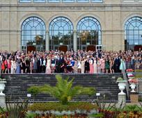Teilnehmer der Tagung am Abend des Balls vor der Kölner Flora
