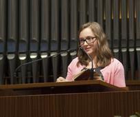 Die 14-jährige Alina während ihrer Ansprache bei der Pfahlkonferenz - (Foto von Constantin Helmrich)