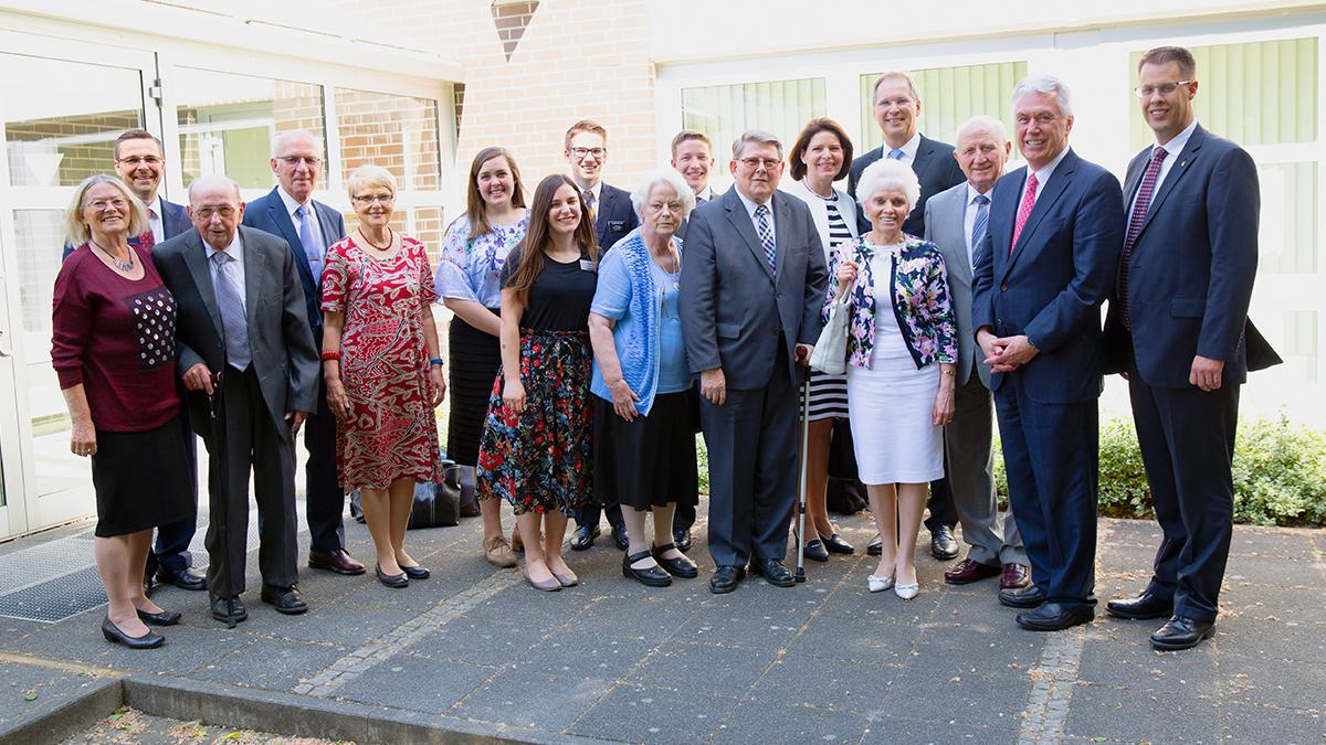 Elder Uchtdorf mit Mitglieder der Kirche