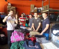 Ιεραπόστολοι βοηθάνε ως εθελοντές στην αποθήκη της PRAKSIS.