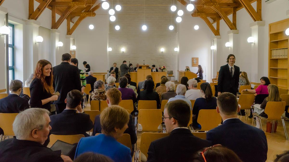 Gyülekeznek az egyház tagjai