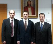 Southwick Christopher cövekelnök (k), Németh-Tóth Zsolt első tanácsos (b) és Vasváry Károly második tanácsos (j)