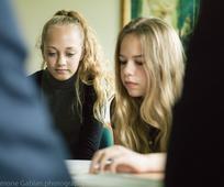 Jongevrouwen lezen uit de schriften