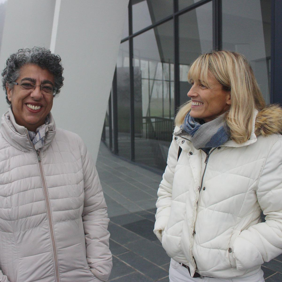 Fariba Dorner (links), beheerder van het Bahá'í Huis van Aanbidding in Langenhain (Duitsland), en Jennifer Wiebers, bahai van de derde generatie.